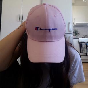 Rosa Champion keps i onesize köpt på Humana. Frakt 42 kr.
