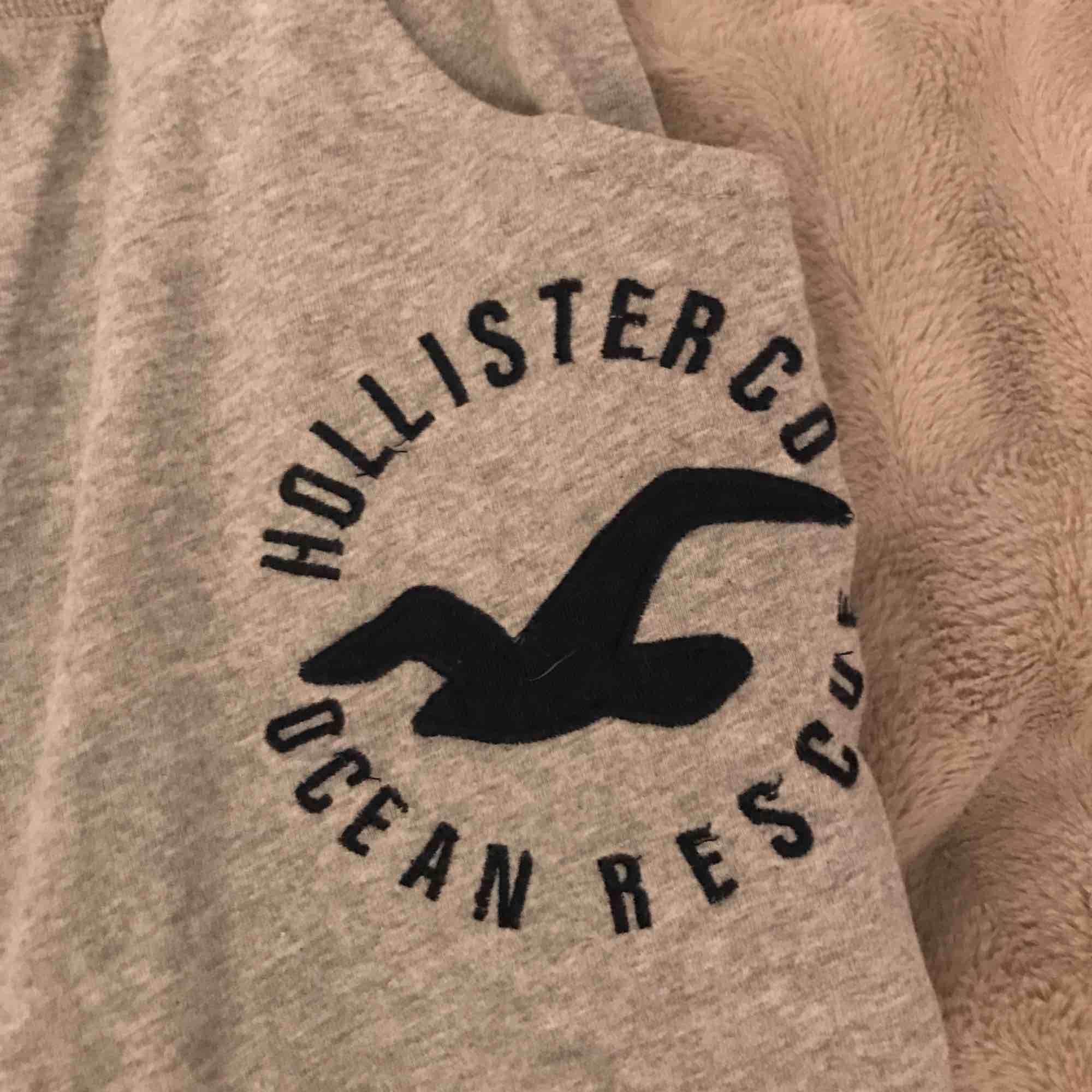 Ett par knälånga pyjamasshorts/ mjukisbyxor i nyskick. Aldrig använda står L men är som S/XS  Kan lämnas i köping, Eskilstuna, kungsör eventuellt Göteborg 1-3 nov. Shorts.