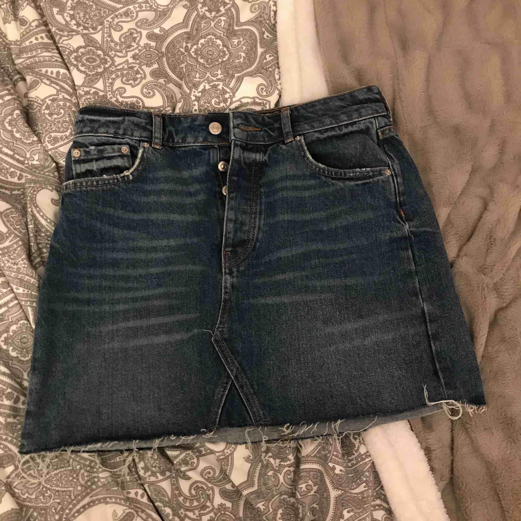 En kjol från Gina  Använd max 2 gånger Köpt skavd  Perfect jeans  Kan lämnas i Köping, Eskilstuna, Kungsör eventuellt Göteborg 1-3 nov. Kjolar.