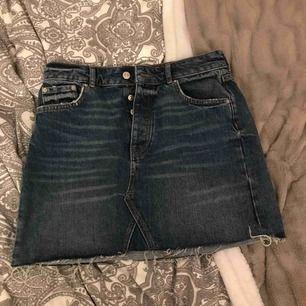 En kjol från Gina  Använd max 2 gånger Köpt skavd  Perfect jeans  Kan lämnas i Köping, Eskilstuna, Kungsör eventuellt Göteborg 1-3 nov