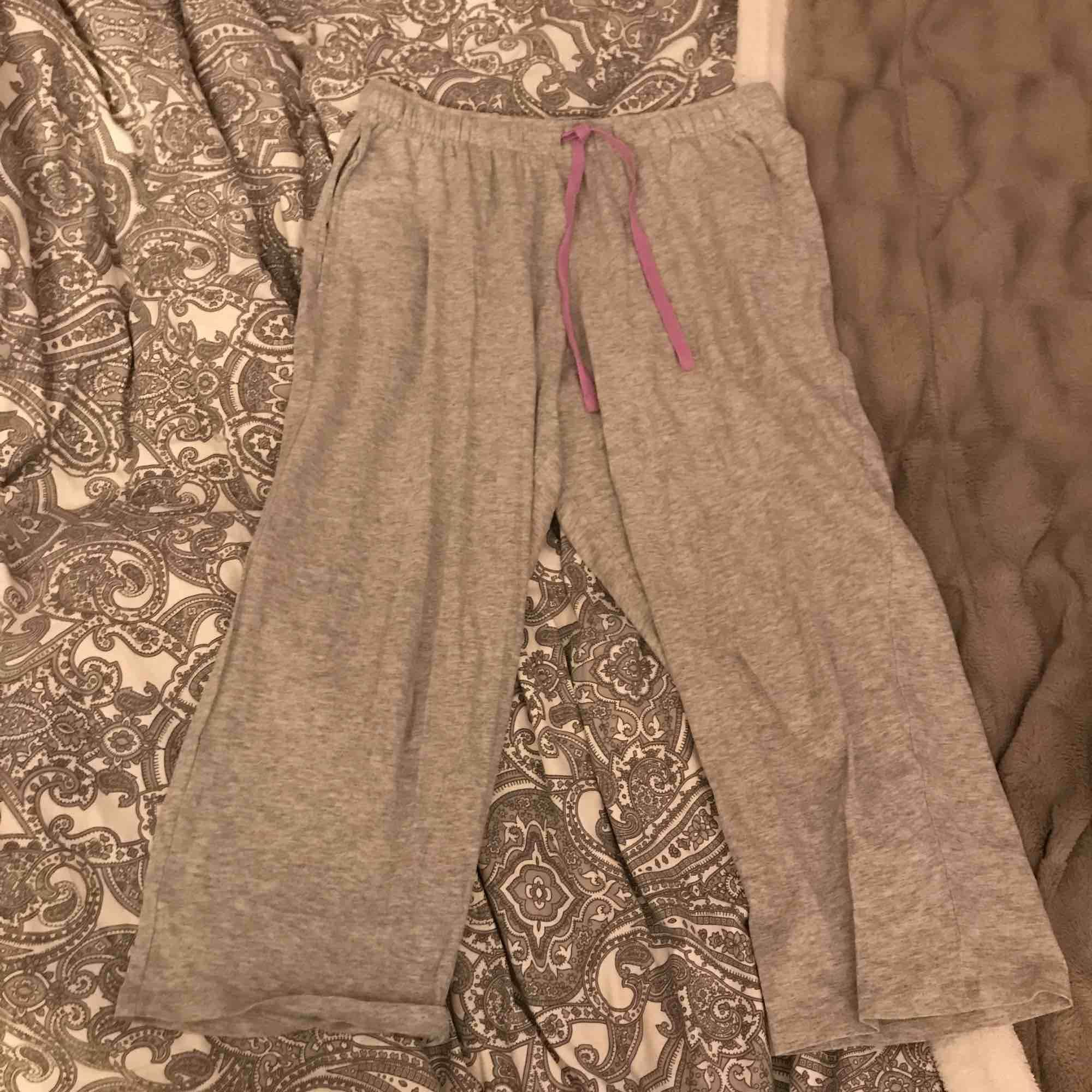 Gråa knälånga pyjamas byxor  Bekväma, säljs eftersom dem inte används  Aldrig använda  Only bra material, mörkt svarta, har ett resår i midjan-går att ta bort  Kan lämnas i Köping Eskilstuna Kungsör Göteborg 1-3 nov. Jeans & Byxor.