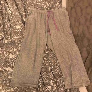 Gråa knälånga pyjamas byxor  Bekväma, säljs eftersom dem inte används  Aldrig använda  Only bra material, mörkt svarta, har ett resår i midjan-går att ta bort  Kan lämnas i Köping Eskilstuna Kungsör Göteborg 1-3 nov