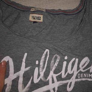 T-shirt från Tommy Hilfiger, sparsamt använd. Tar bara swish & lite frakt kan tillkomma<3