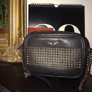 """Zadig & voltaire väska i svart med nitar på, i modellen """"boxy"""". Köpt för ca. 1 år sedan, rymlig och finns heller inte längre i butik. Äkta läder."""
