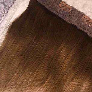 Säljer en lyxig one-clip hårförlängning från Poze av bästa kvalitet.  Vikt: ca 220g. Inköpspris: 3200 kr.  Modell: Miss Volyme. Färg: Lovely Brown.  Håret är 55 cm långt och går lätt att bleka eller färga håret precis som man vill med perfekt resultat!