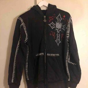 Helt ny hoodie från Affliction säljes! Köpt direkt från USA, finns ej i Sverige. Nypris: 1700 kr. Storlek: XL. Skick: Nyskick, helt oanvänd.