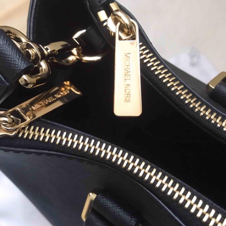 Snygg och klassisk väska från MK. Fick denna i födelsedagspresent för ett år sedan, sparsamt använd! Pris kan diskuteras :) dustbag ingår!  . Väskor.