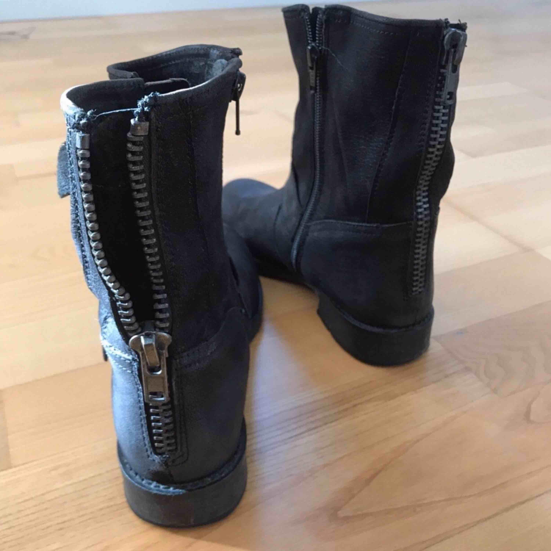 Snygga boots i skinn från DINSKO. Sparsamt använda! Dragkedja där bak🖤🖤 köparen står för frakten. Skor.