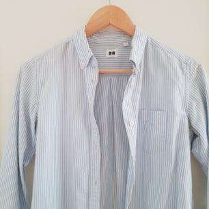 Ljusblå vit randig skjorta från UNIQLO