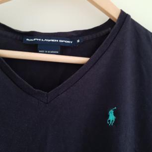 Marinblå Ralph Lauren T-shirt. Kan ordna paket-pris vid köp av annat :)