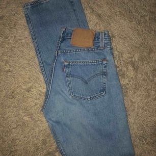 Levi's jeans med raka ben köpta vintage i Dannmark. Svårt att se exakta storleken men de passar mig som vanligtvis har typ 25 eller 26 i W. Möts upp i Stockholm eller fraktar