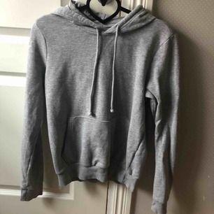 Snygg basic grå hoodie från hm i storlek xs, fint skick! Säljer då den inte kommer till användning. Frakt tillkommer💫