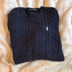 Ralph louren tröja i fint skick! Nypris-1300kr Fraktar eller möter upp Skulle säga att den passar XS-M beroende hur man vill att den ska sitta
