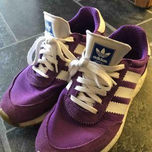 Adidas Original Active Purple storlek 38. Köpta för 1299 kr i somras, är i mycket fint skick.  Finns i Karlskoga, köparen står för frakten