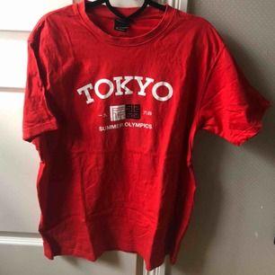 Snygg tshirt i storlek L, går att använda som en oversized S beroende på hur man vill att den sitter! Fint skick. Frakt tillkommer!🧞♂️