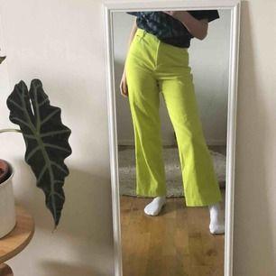 neongröna raka manchesterbyxor! så coola men är tyvärr lite för stora för mig, jag är 167cm🥺🐉💞🦋🌞🍻