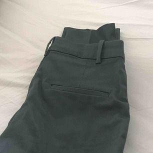 Mörkgröna kostymbyxor från hm, nyskick, frakt står köpare för & betalning sker via swish😇
