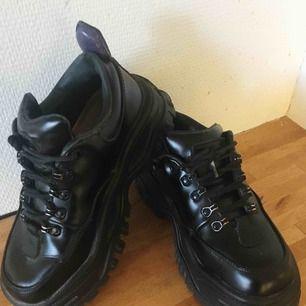 Säljer mina fantastiska Eytys Angel i svart pga kommer inte till användning. Bra skick förutom att det behövs nya skosnören.