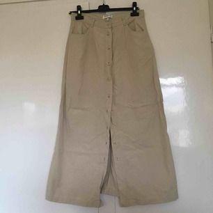👻Lång beige jeanskjol👻 stl 40, 38 cm över midjan👻 har legat i en flyttlåda länge, går att stryka!!👻 går att använda skärp i 👻