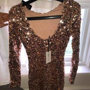 Festklänning från Nelly.com  Aldrig använd  Väldigt fint skick