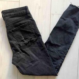 Felfria jeans med slitning. Sitter snyggt! Men kommer tyvärr inte till användning.