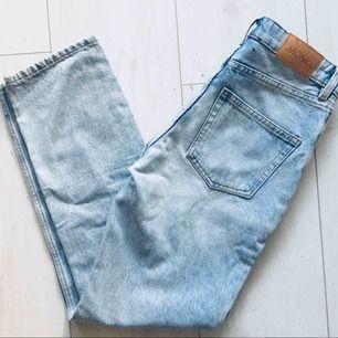 Helt oanvända raka jeans från monki, modell Komomo. Fin modell men råkade bli fel storlek för min del.