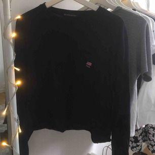 En mörkblå tröja från Brandy Melville med en liten ficka på framsidan med ett litet tryck på. Sista bilden visar bäst hur färgen är i verkligheten. Storleken är one size men skulle säga att den ungefär passar en storlek S/M!!❣️