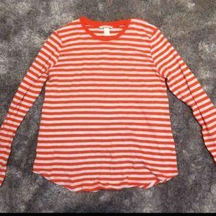 Randig tröja med vita och orangea ränder. Storlek M, är ganska stor i storleken och är lång. Nypris 119kr. Är använd endast en gång!!🧡