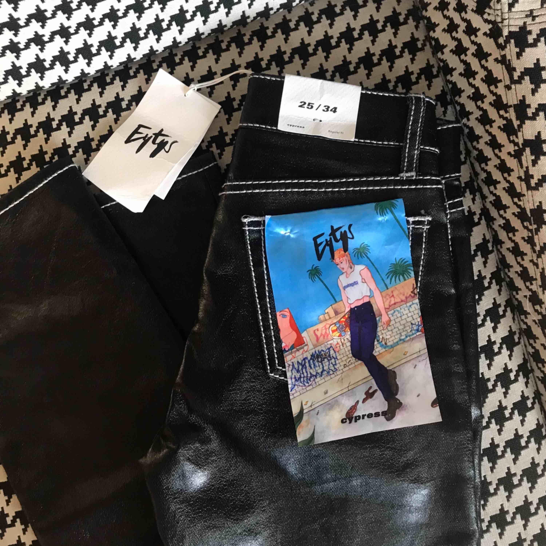 Helt nya oanvända byxor från eytys. Köpte dem för 1900 men de passade tyvärr inte så säljer därför dessa supersnygga byxor. De är i storlek 25/34 alltså ganska långa vilket jag älskar. Materialet är också supersnyggt och trendigt.. Jeans & Byxor.