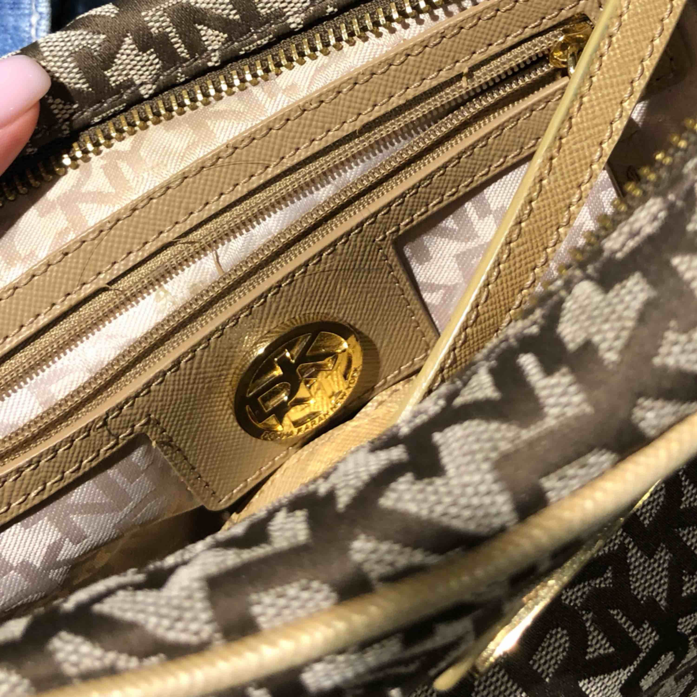 DKNY crossbody bag. Köpt i USA. Som ny. . Väskor.