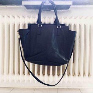 Felfri väska från HM, sparsamt använd.