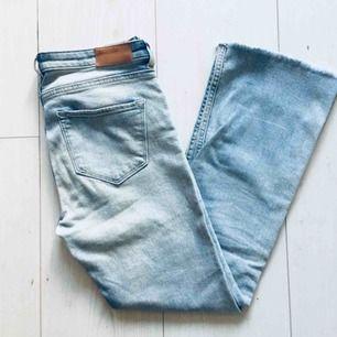Jeans som är något utsvängda nertill. Snygga!