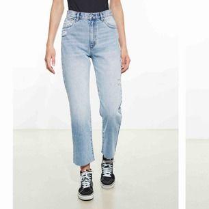 Säljer mina skit snygga mom jeans från Abrand köpta på carlings! Det kostade 900kr när jag köpte de. Skriva gärna för flera bilder så skickar jag de, eller om du har frågor! Frakt kostar 55kr och det står köparen för. !Pris kan diskuteras!