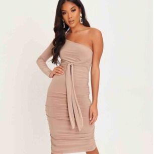 Helt oanvänd klänning med prislapp kvar i fin beige/rosa färg 💕🌸