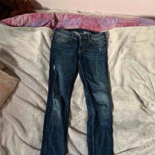 Ett par snygga jeans som jag tyvärr inte använder! Men bra skick👍🏼 lågmidjade!! Kan mötas upp i Stockholm/söder och kan frakta men köpare står för frakten