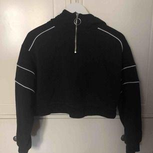 croppad hoodie från hm, använd typ 2 gånger. fraktar inte, möts upp i stockholm.🌟