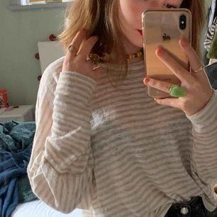 snygg tröja som är i bra skick, använd några gånger. stoleken är S men funkar perfekt för M och L också eftersom att den är lite oversize. köparen står för frakten
