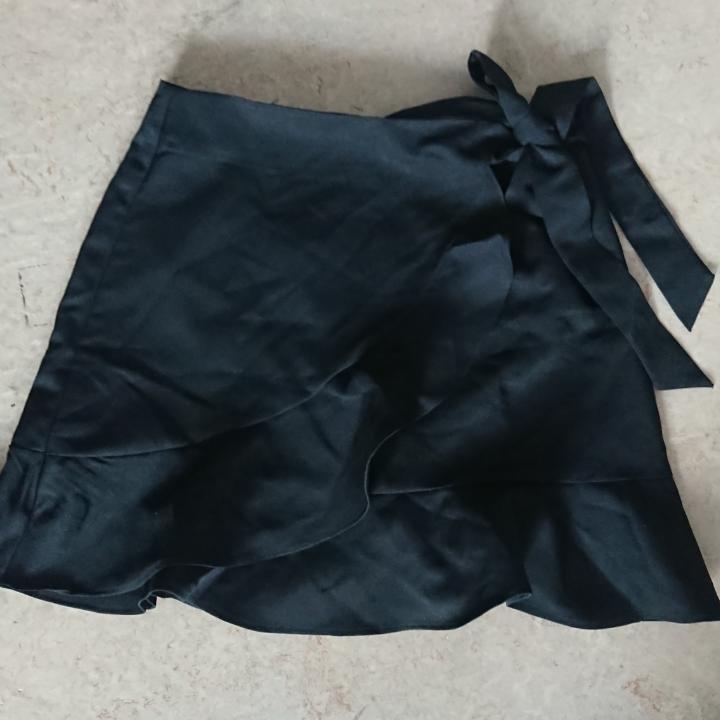 Svart kjol från Boohoo, superfin men aldrig använd för att den är för liten på mig. Då det är en petite är den liten i storleken, upplever den mer som en 34 eller 36.   Hämtas i Luleå eller skickas för 30kr! . Övrigt.
