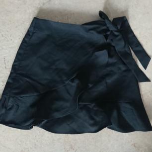 Svart kjol från Boohoo, superfin men aldrig använd för att den är för liten på mig. Då det är en petite är den liten i storleken, upplever den mer som en 34 eller 36.   Hämtas i Luleå eller skickas för 30kr!