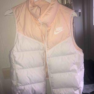 Vändbar väst från Nike i nyskick! Köpte den på Zalando för några månader sen men har aldrig använt. Frakt: 59kr🌸