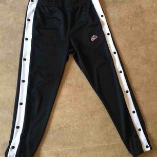 Unisex Nike byxor med knappar på sidorna Dem är i storlek S men sitter lite pösigt Köpta från Zalando och har bara använts 1 gång