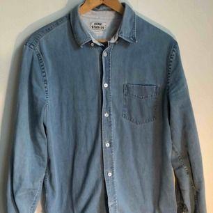 Klassisk och tidlös jeansskjorta från Acne studios