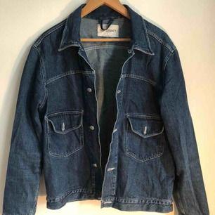 Jävligt snygg jeansjacka från Our legacy i stl 50
