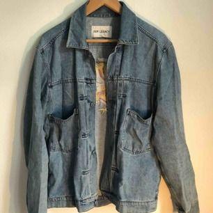 Jävligt snygg och tidlös jeansjacka från Our legacy i stl 50