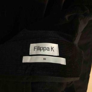Snygga manchesterbyxor i mörkblått från Filippa K i stl 50, sitter som stl 48