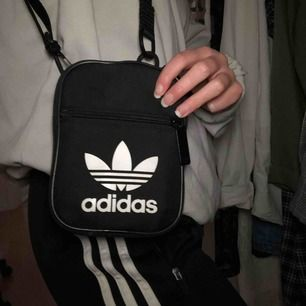 Liten smidig väska från adidas som aldrig kommer till användning för mig, frakt: 40kr🌸