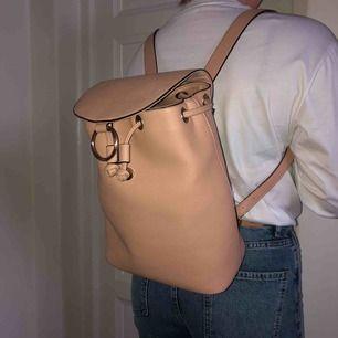 Jättefin beige ryggsäck! Väldigt rymlig men ändå liten och händig💕💕 frakt tillkommer, Priset kan diskuteras