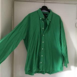 Säljer denna gröna skjortan! Skitsnygg att ha öppen över ett linne eller som den är ❤