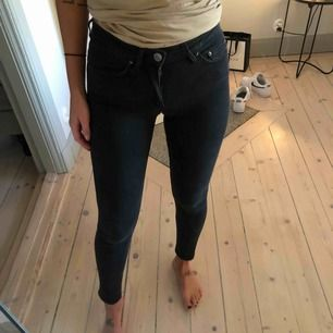 Acne 5 skin used black med dragkedjor ibak. Världens finaste jeans!