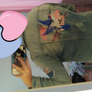 Cool Jeansjacka i bra skick, som ny! Med fjärilar i baksidan.